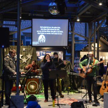 """Rückblick: """"Macht hoch die Tür"""" – Alte (traditionelle) und neue Lieder mit der Lobpreisband auf dem Walldorfer Weihnachtsmarkt 2019"""
